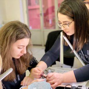 corso-unghie-bianca-aiuta-la-studente
